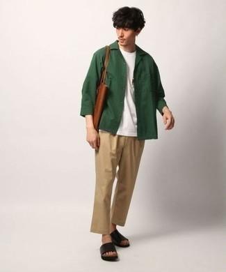 Темно-зеленая куртка-рубашка: с чем носить и как сочетать мужчине: Комбо из темно-зеленой куртки-рубашки и светло-коричневых брюк чинос чудесно подходит для рабочего дня в офисе. Ты можешь легко приспособить такой образ к повседневным нуждам, дополнив его черными кожаными сандалиями.