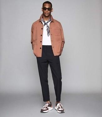 Черные брюки чинос: с чем носить и как сочетать: Сочетание розовой куртки-рубашки и черных брюк чинос выглядит очень гармонично, согласен? Ты можешь легко приспособить такой образ к повседневным делам, закончив его разноцветными кроссовками.