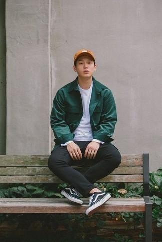 Модные мужские луки 2020 фото: Темно-зеленая куртка-рубашка в паре с черными брюками чинос безусловно будет обращать на себя женские взоры. Закончи лук черно-белыми низкими кедами из плотной ткани, если не хочешь, чтобы он получился слишком зализанным.