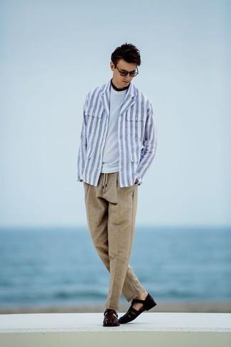 Фиолетовые солнцезащитные очки: с чем носить и как сочетать мужчине: Бело-синяя куртка-рубашка в вертикальную полоску и фиолетовые солнцезащитные очки — хорошая формула для воплощения стильного и незамысловатого лука. Любишь дерзкие сочетания? Можешь завершить свой образ темно-коричневыми кожаными сандалиями.
