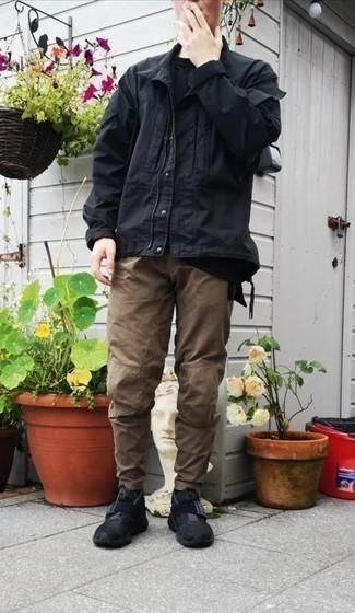 Мужские луки: Сочетание черной куртки-рубашки и коричневых брюк чинос вне всякого сомнения будет обращать на себя взгляды прекрасного пола. Пара черных кроссовок добавит ансамблю расслабленности и дерзости.