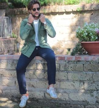 С чем носить белые кожаные низкие кеды мужчине: Мятная куртка-рубашка в сочетании с темно-синими брюками чинос легко вписывается в разные дресс-коды. Ты сможешь легко приспособить такой лук к повседневным реалиям, завершив его белыми кожаными низкими кедами.