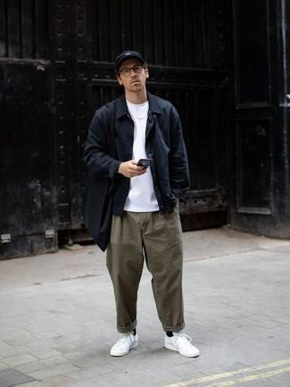 Модный лук: темно-синяя куртка-рубашка, белая футболка с круглым вырезом, оливковые брюки чинос, белые низкие кеды из плотной ткани