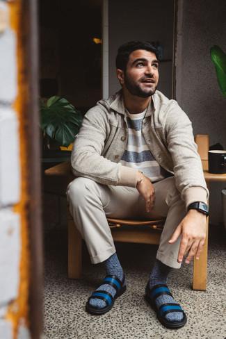 С чем носить темно-синие носки мужчине: Если ты ценишь комфорт и практичность, бежевая куртка-рубашка и темно-синие носки — замечательный вариант для расслабленного мужского ансамбля на каждый день. Поклонники незаезженных сочетаний могут дополнить образ синими кожаными сандалиями.