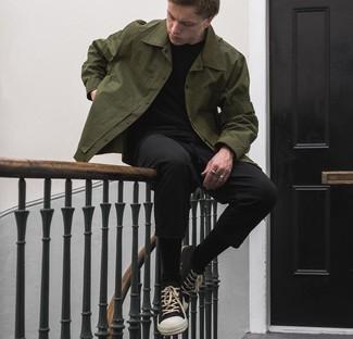 С чем носить черно-белые низкие кеды из плотной ткани мужчине: Оливковая куртка-рубашка и черные брюки чинос — неотъемлемые вещи в гардеробе мужчин с чувством стиля. Создать красивый контраст с остальными составляющими этого лука помогут черно-белые низкие кеды из плотной ткани.