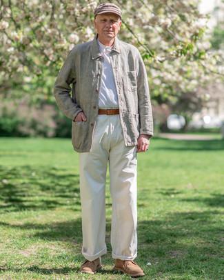 Мужские луки: Тандем оливковой льняной куртки-рубашки и белых брюк чинос позволит создать элегантный и актуальный мужской лук. В сочетании с этим луком наиболее удачно будут выглядеть светло-коричневые замшевые ботинки дезерты.