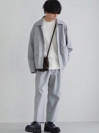 Мода для подростков парней: Серая куртка-рубашка и серые брюки чинос несомненно украсят твой гардероб. Хотел бы сделать лук немного строже? Тогда в качестве обуви к этому ансамблю, стоит обратить внимание на черные кожаные массивные туфли дерби.