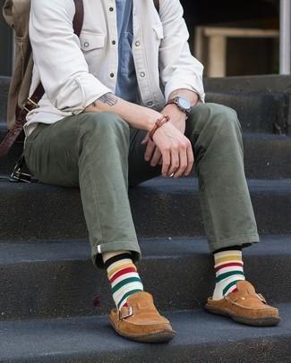 С чем носить коричневые замшевые лоферы мужчине: Белая куртка-рубашка в паре с оливковыми брюками чинос — необычный выбор для джентльменов, работающих в офисе. Любители экспериментов могут завершить образ коричневыми замшевыми лоферами, тем самым добавив в него немного классики.
