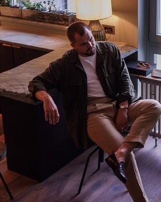 Мужские луки: Сочетание темно-зеленой куртки-рубашки и светло-коричневых брюк чинос — необычный образ для рабочего дня в офисе. Если ты не боишься применять в своих образах разные стили, из обуви можешь надеть темно-коричневые кожаные лоферы.