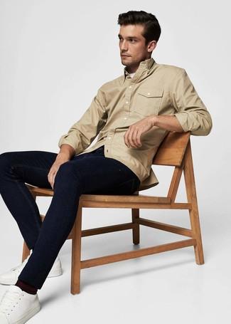 Как и с чем носить: светло-коричневая куртка-рубашка, белая футболка с круглым вырезом, темно-синие джинсы, белые кожаные низкие кеды