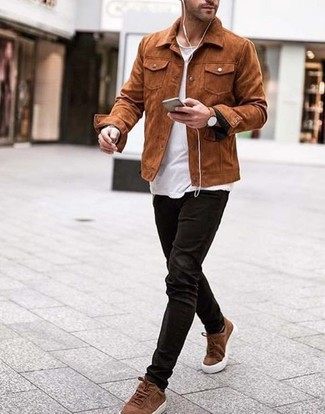 Как и с чем носить: табачная замшевая куртка-рубашка, белая футболка с круглым вырезом, черные вельветовые джинсы, коричневые замшевые низкие кеды