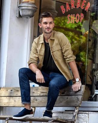 Как и с чем носить: светло-коричневая куртка-рубашка, темно-серая футболка с круглым вырезом, темно-синие джинсы, темно-синие замшевые монки с двумя ремешками