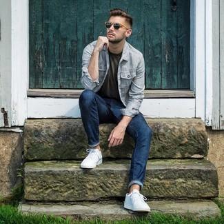 Как и с чем носить: голубая куртка-рубашка в вертикальную полоску, оливковая футболка с круглым вырезом, темно-синие джинсы, белые низкие кеды