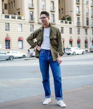 Как и с чем носить: оливковая куртка-рубашка, белая футболка с круглым вырезом, синие джинсы, белые низкие кеды