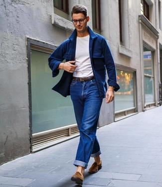 Как и с чем носить: темно-синяя шерстяная куртка-рубашка, белая футболка с круглым вырезом, синие джинсы, коричневые замшевые лоферы