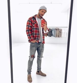 Как и с чем носить: красная куртка-рубашка в шотландскую клетку, серая футболка с круглым вырезом, серые рваные джинсы, серые замшевые ботинки челси