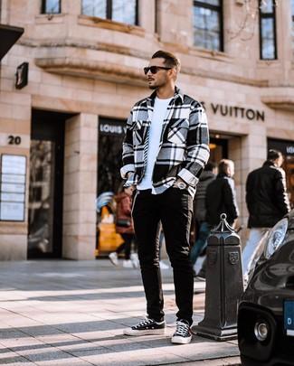 Как и с чем носить: бело-черная фланелевая куртка-рубашка в шотландскую клетку, белая футболка с круглым вырезом, черные джинсы, черно-белые низкие кеды из плотной ткани