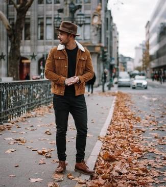 Как и с чем носить: табачная куртка-рубашка, черная футболка с круглым вырезом, черные джинсы, коричневые кожаные повседневные ботинки