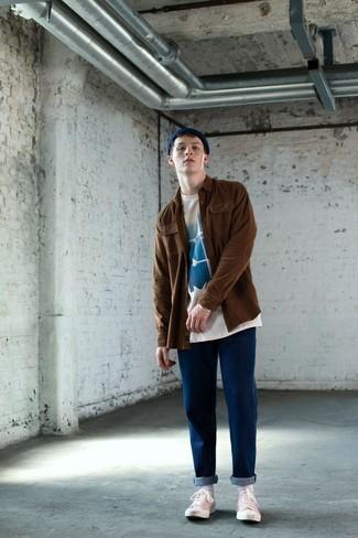 Как и с чем носить: коричневая куртка-рубашка, бело-синяя футболка с круглым вырезом с принтом, синие джинсы, белые низкие кеды из плотной ткани