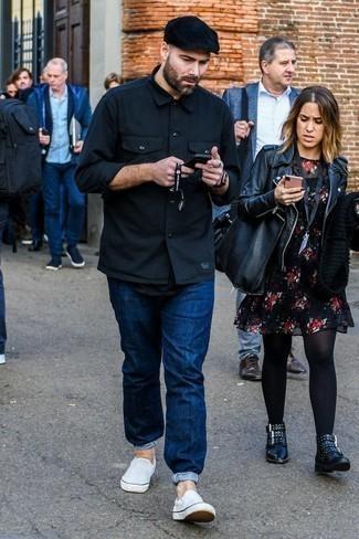 Модный лук: черная куртка-рубашка, черная футболка с круглым вырезом, темно-синие джинсы, белые слипоны из плотной ткани