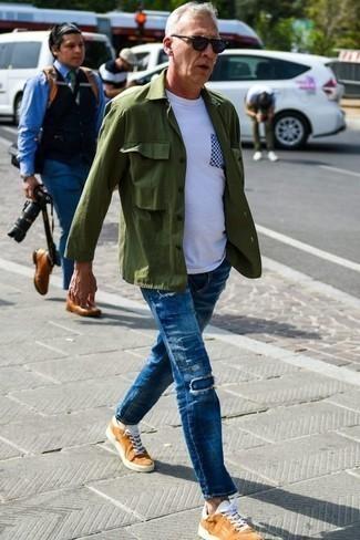 Бело-темно-синяя футболка с круглым вырезом с принтом: с чем носить и как сочетать мужчине: Бело-темно-синяя футболка с круглым вырезом с принтом и синие джинсы в стиле пэчворк — выбор парней, которые никогда не сидят на месте. Если ты любишь смелые настроения в своих ансамблях, заверши этот табачными низкими кедами из плотной ткани.