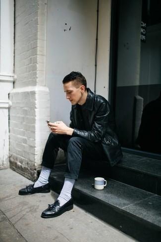 Модные мужские луки 2020 фото: Черная кожаная куртка-рубашка смотрится стильно с черными джинсами. Такой лук легко получает новое прочтение в паре с черными кожаными лоферами с кисточками.