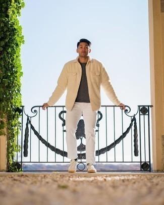 Мода для 20-летних мужчин: Бежевая флисовая куртка-рубашка и белые джинсы — обязательные вещи в арсенале любителей стиля кэжуал. Тебе нравятся смелые решения? Тогда заверши свой ансамбль бело-темно-синими низкими кедами из плотной ткани.