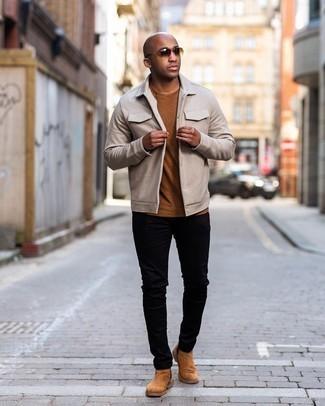 Мужские луки: Такой мужской лук из бежевой куртки-рубашки и черных джинсов смотрится очень ярко, и ты точно не останешься без комплимента от представительниц дамского пола. Весьма гармонично здесь выглядят табачные замшевые ботинки челси.