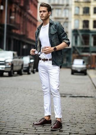 С чем носить темно-коричневые кожаные туфли дерби: Окружающие оценят твое чувство стиля, если увидят тебя в темно-зеленой куртке-рубашке и белых джинсах. Любители экспериментов могут завершить лук темно-коричневыми кожаными туфлями дерби, тем самым добавив в него толику классики.