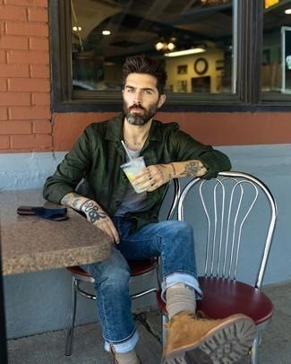 С чем носить коричневые замшевые повседневные ботинки мужчине: Сочетание темно-зеленой куртки-рубашки и темно-синих джинсов поможет подчеркнуть твой индивидуальный стиль и выделиться из серой массы. Пара коричневых замшевых повседневных ботинок свяжет лук воедино.