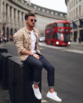 Как и с чем носить: бежевая куртка-рубашка, белая футболка с круглым вырезом, черные зауженные джинсы, белые кожаные низкие кеды