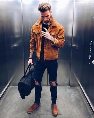 Как и с чем носить: табачная замшевая куртка-рубашка, черная футболка с круглым вырезом, темно-синие рваные зауженные джинсы, коричневые замшевые ботинки челси