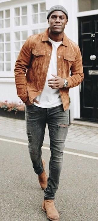Как и с чем носить: коричневая замшевая куртка-рубашка, белая футболка с круглым вырезом, темно-серые рваные зауженные джинсы, светло-коричневые замшевые ботинки челси
