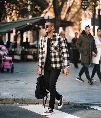 Как и с чем носить: бело-черная фланелевая куртка-рубашка в шотландскую клетку, черная футболка с круглым вырезом, черные зауженные джинсы, черно-белые низкие кеды из плотной ткани