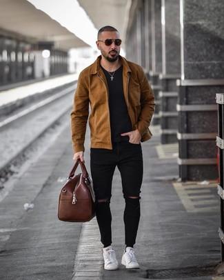 Коричневая кожаная дорожная сумка: с чем носить и как сочетать мужчине: Сочетание коричневой куртки-рубашки и коричневой кожаной дорожной сумки особенно популярно среди ценителей функциональных образов. Белые кожаные низкие кеды добавят ансамблю нарядности.