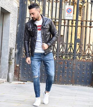 Как и с чем носить: черная кожаная куртка-рубашка, бело-красная футболка с круглым вырезом с принтом, синие рваные зауженные джинсы, белые низкие кеды