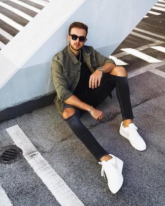 Как и с чем носить: оливковая куртка-рубашка, черная футболка с круглым вырезом, черные рваные зауженные джинсы, белые кожаные низкие кеды