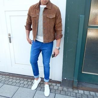Как и с чем носить: коричневая замшевая куртка-рубашка, бело-темно-синяя футболка с круглым вырезом в горизонтальную полоску, синие зауженные джинсы, белые низкие кеды