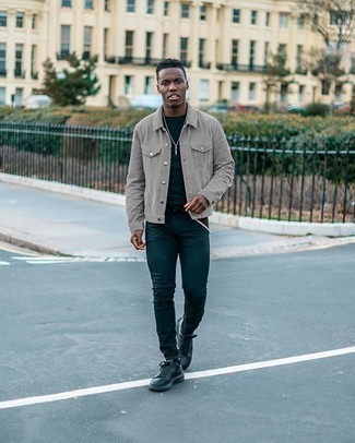 С чем носить серую куртку-рубашку мужчине: Серая куртка-рубашка и темно-синие зауженные джинсы — прекрасный образ, если ты хочешь составить раскованный, но в то же время стильный мужской образ. Что же до обуви, закончи лук черными кожаными низкими кедами.