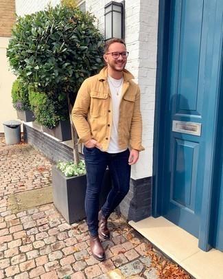 С чем носить коричневые кожаные ботинки челси мужчине: Удобное сочетание светло-коричневой куртки-рубашки и темно-синих зауженных джинсов без сомнений будет обращать на себя взоры прекрасных женщин. Любители экспериментировать могут завершить лук коричневыми кожаными ботинками челси, тем самым добавив в него чуточку изысканности.