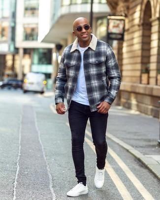 Мужские луки: Комбо из темно-синей фланелевой куртки-рубашки в шотландскую клетку и темно-синих зауженных джинсов поможет создать стильный мужской ансамбль. В тандеме с этим луком наиболее удачно смотрятся белые кожаные низкие кеды.