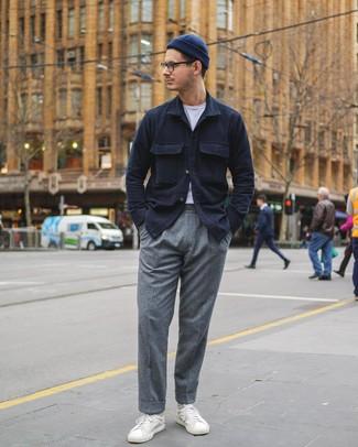 Как и с чем носить: темно-синяя куртка-рубашка, белая футболка с круглым вырезом, серые шерстяные классические брюки, белые кожаные низкие кеды