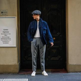 Как и с чем носить: темно-синяя шерстяная куртка-рубашка, белая футболка с круглым вырезом, серые шерстяные классические брюки, белые кожаные низкие кеды