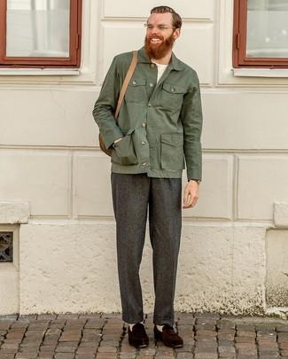 Как и с чем носить: темно-зеленая куртка-рубашка, белая футболка с круглым вырезом, темно-серые шерстяные классические брюки, темно-коричневые замшевые лоферы
