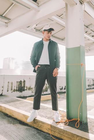 Как и с чем носить: черная куртка-рубашка в вертикальную полоску, белая футболка с круглым вырезом, черные спортивные штаны, белые низкие кеды из плотной ткани