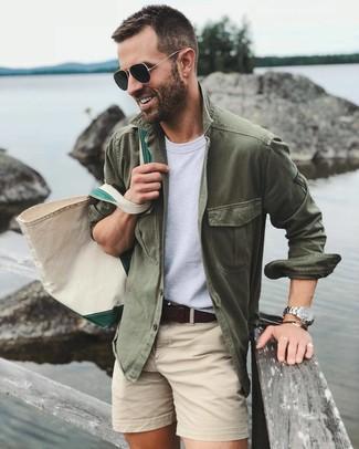 Как и с чем носить: оливковая куртка-рубашка, белая футболка с круглым вырезом, бежевые шорты, бежевая большая сумка из плотной ткани