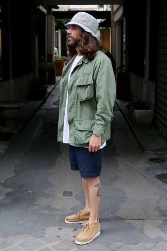 Темно-синие шорты: с чем носить и как сочетать мужчине: В паре друг с другом мятная куртка-рубашка и темно-синие шорты выглядят весьма удачно. В тандеме с этим образом наиболее уместно выглядят светло-коричневые ботинки дезерты из плотной ткани.