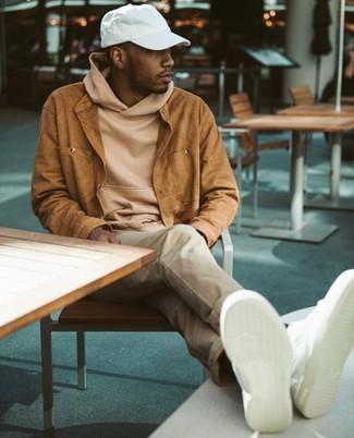 Как и с чем носить: табачная замшевая куртка-рубашка, светло-коричневый худи, бежевые брюки чинос, белые кожаные низкие кеды