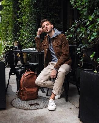 Как и с чем носить: коричневая замшевая куртка-рубашка, серый худи, бежевые брюки чинос, белые низкие кеды из плотной ткани