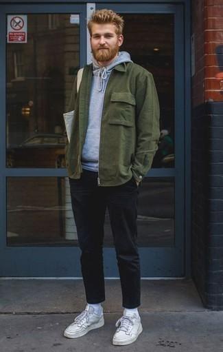 Темно-зеленая куртка-рубашка: с чем носить и как сочетать мужчине: Комбо из темно-зеленой куртки-рубашки и черных брюк чинос поможет создать модный, и в то же время мужественный лук. Любишь дерзкие решения? Дополни свой лук белыми кожаными низкими кедами.